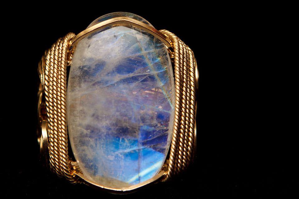 Місячний камінь: опис, магічні властивості, кому із знаків зодіаку підходить