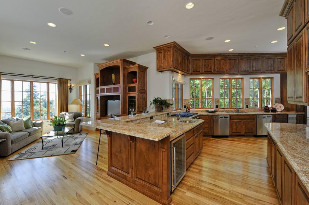 Вітальня поєднана з кухнею: фото дизайну в квартирі і приватному будинку