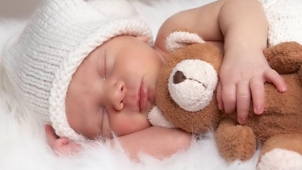 Скільки повинен спати новонароджена дитина в добу?